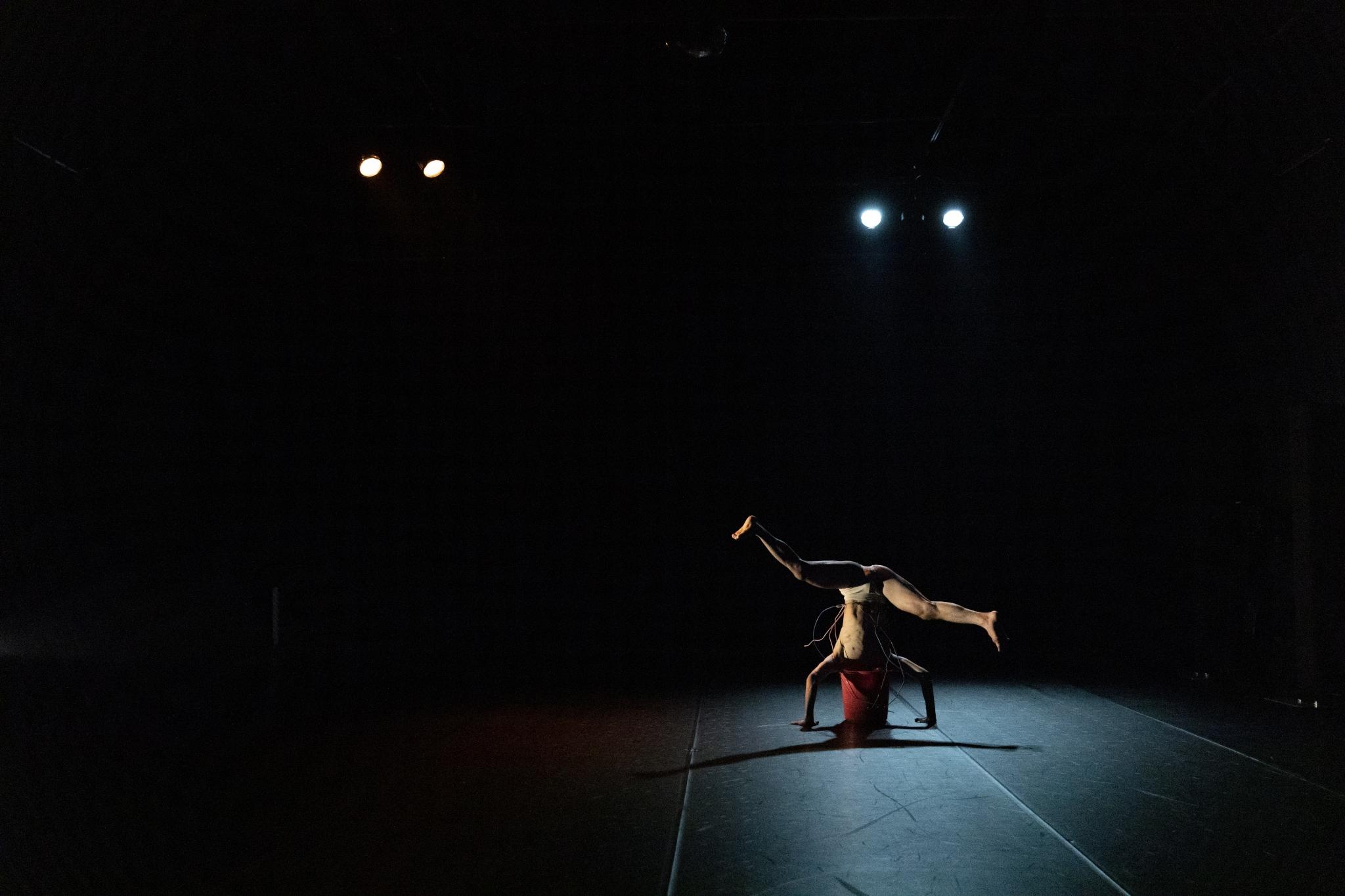 《戴花的少年》演出照出(劇照由詩篇舞集提供 ,攝影 Nick Sou)