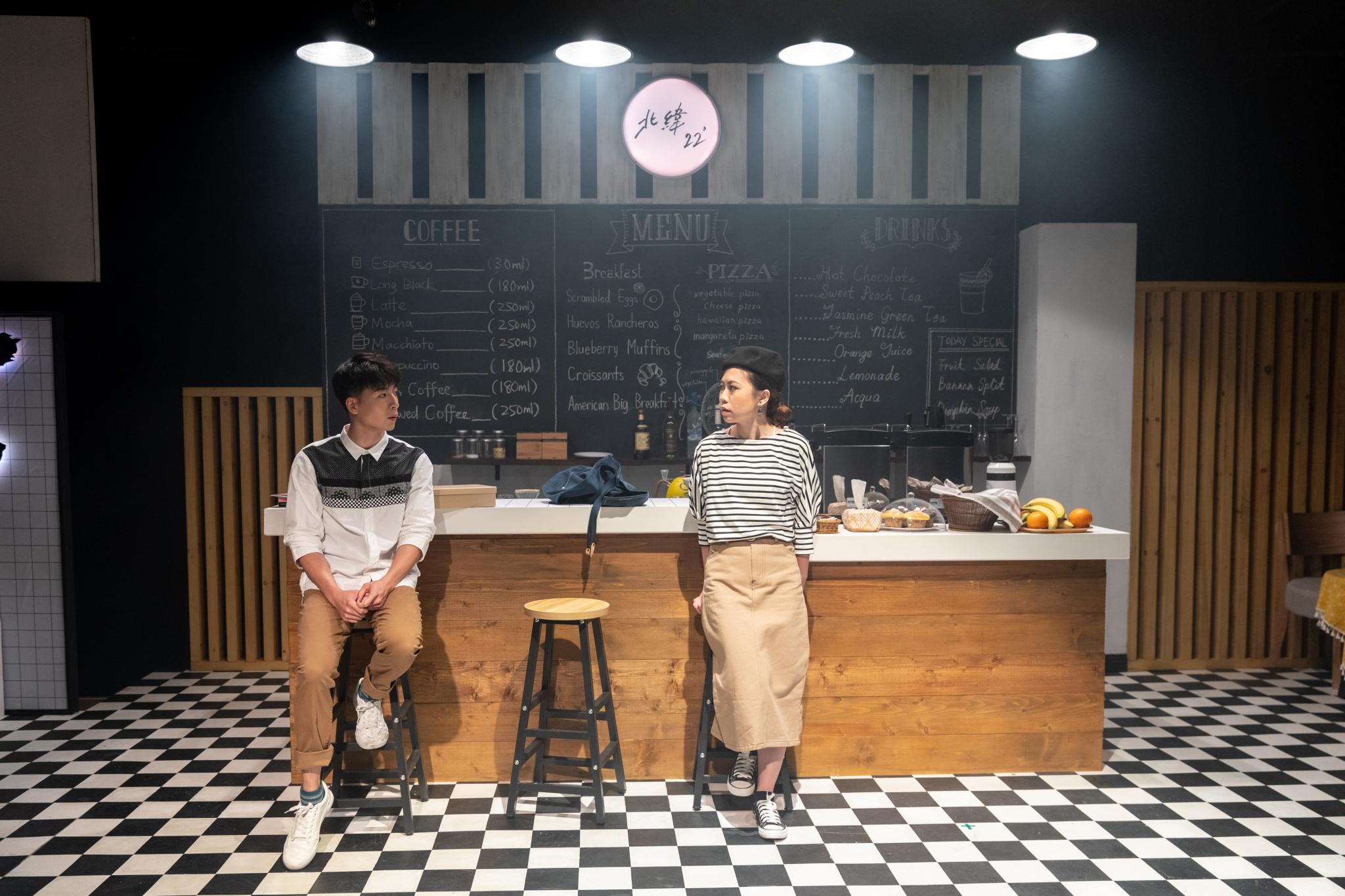 《北緯22°咖啡店》演出照(劇照由曉角話劇研進社提供)