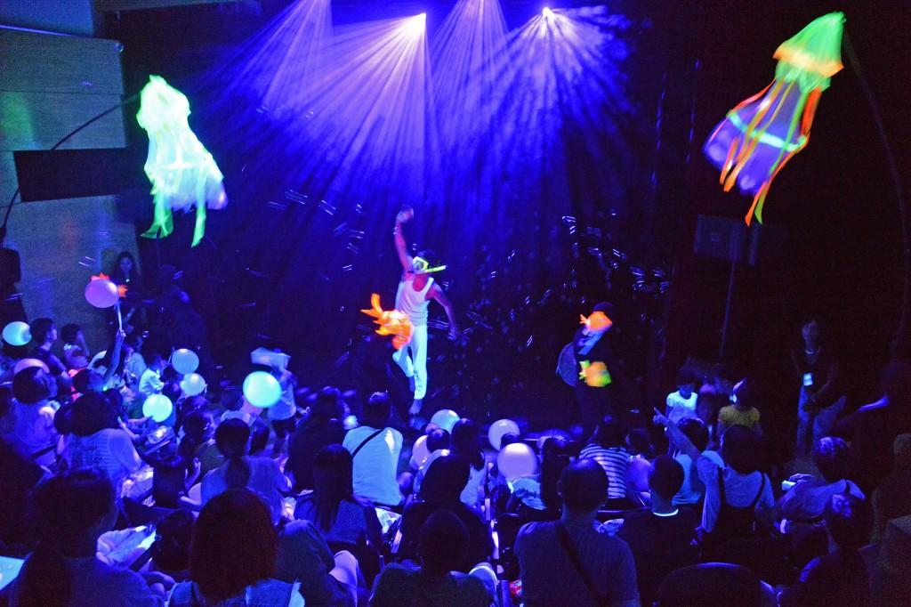 第26屆澳門藝術節 -《親親水族館》/黑沙劇團  (相片由澳門文化局提供)