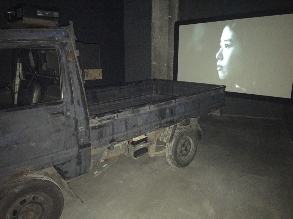 《殘響世界》投影機設置於小貨車車頂(相片由作者提供)