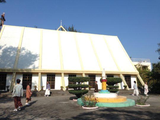 演出在七苦聖母堂前開始。