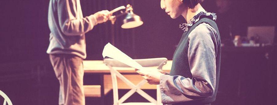男女主角快速地交接讀信,推動劇情向前發展。