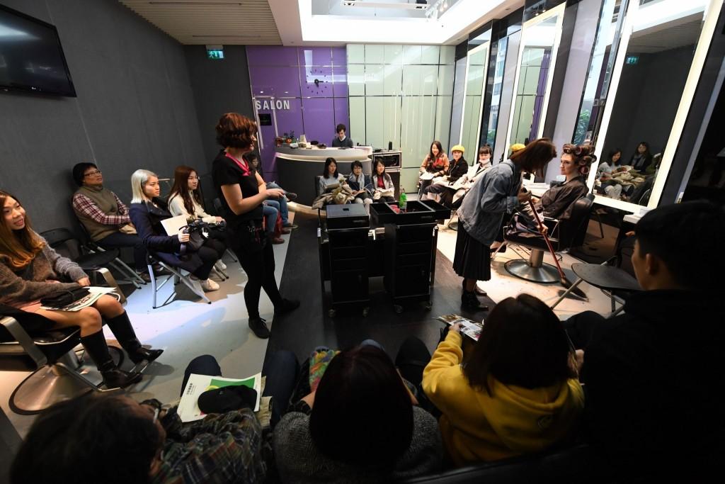 第十六屆澳門藝穗節─《巧手理髮師》演出相片(相片由文化局提供)